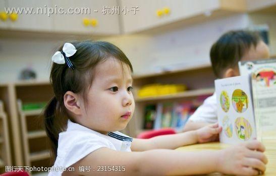 获救的小女孩没有忘记在救生艇上看书(照片)
